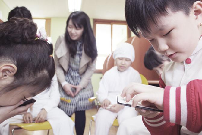 Bambini che giocano con il kit Hello Haptic