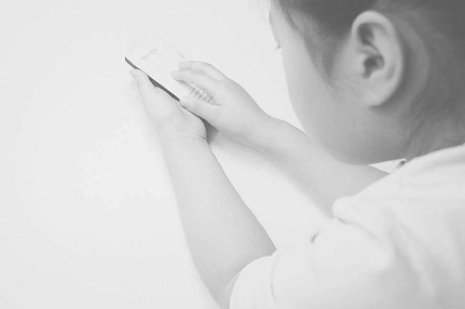 Bambino che gioca con il kit Hello Haptic